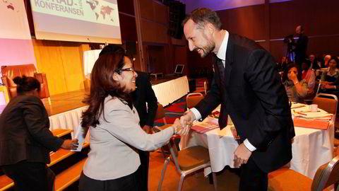 SAMARBEID. Norge har spilt en sto rolle i oppbyggingen av Øst-Timors oljeforvaltning. Her takker Kronprins Haakon Emilia Pires som er finansminister i Øst-Timor, for en tale på Norad-konferansen i 2012. Foto: Håkon Mosvold Larsen,