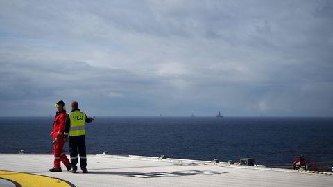 Oljeraset har gitt store utfordringer i norsk økonomi, men kronesvekkelsen i samme periode har gitt verdifull hjelp. Bildet er fra åpningen av Valemon-plattformen i den nordlige delen av Nordsjøen for litt over ett år siden. Foto: