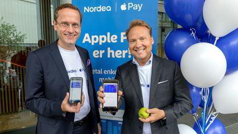 Nordea var først ut med Apples betalingsløsning i Norge. Tjenesten ble lansert onsdag forrige uke av administrerende direktør Snorre Storset (til venstre) og leder for privatmarkedet John Sætre.