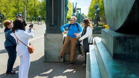 For denne amerikanske familien poserende foran Sinnataggen i Vigelandsparken, vil full moms på overnatting og transport bety langt dyrere Norgesferie. Reiselivsbransjen reagerer med vantro på forslaget.