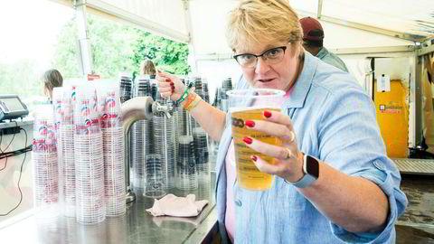 I år blir det øl i hardplast som skal gjenbrukes på Øyafestivalen. På bildet tapper kulturminister Trine Skei Grande øl på fjorårets festival.