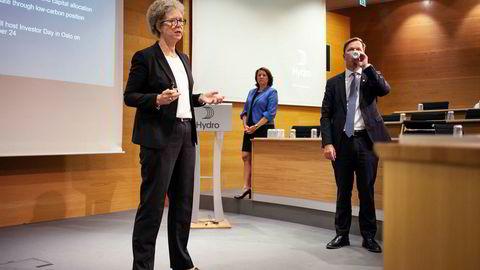 Fersk Hydro-sjef Hilde Merete Aasheim (t.v.), er nær å få løftet det siste hinderet i Brasil. Til høyre konserndirektør for primærmetall Eivind Kallevik, og kommunikasjonsdirektør Inger Sethov bak.