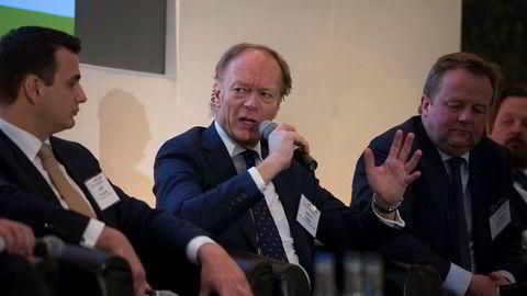 Administrerende direktør Halvor Sveen (i midten) i Maritime & Merchant Bank forteller at de har fått inn et par-tre profiler i den rettede emisjonen. Her er han avbildet ved siden av Iraklis Tsirigitis (til venstre) i Amsterdam Trade Bank, og Jan William Denstad i Sole Shipping (til høyre) i London i fjor.