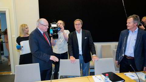 Tidligere styreleder Svein Aaser (i midten) tar et oppgjør med næringsministeren, som han mener ikke burde gitt sparken før Deloitte-rapporten forelå. Fredag stilte han til høring hos Martin Kolberg (til venstre) i kontrollkomiteen sammen med tidligere Telenor-sjef Jon Fredrik Baksaas. Foto: