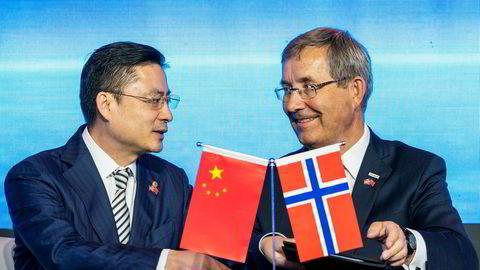 Under en seremoni i Kinas hovedstad Beijing tirsdag, signerte toppsjef Øyvind Hasaas (til høyre) ved Oslo lufthavn en avtale med Tan Xiangdong, nestleder i styret og toppsjef i HNA Group, som eier Hainan Airlines. Avinor vil bidra med penger til å markedsføre ny direkterute til Norge – i Kina – om selskapet ber om det.