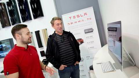 Axel Tangen (til venstre) blir ny sjef for Tesla i Norge. Her sammen med kunden Siksten Karolinussen da Tangen var butikksjef på Skøyen i 2014.