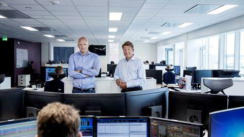 Analysesjef Frederik Lunde (til venstre) har ansatt flere analytikere samtidig som bransjen må ta betalt for aksjeanalyse. Her med norgessjef Christian Begby i et sommerstille meglerhus på Aker Brygge i Oslo.