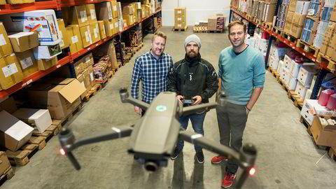 Gründerne Roger Mo (til venstre) og Jon Peder Saxe (til høyre), her med dronepilot Tommy Andersen i midten, mener omsetningssvikten for Elefun i fjor er av det forbigående slaget