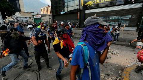 Store protester i Venezuela fortsetter på andre døgnet.