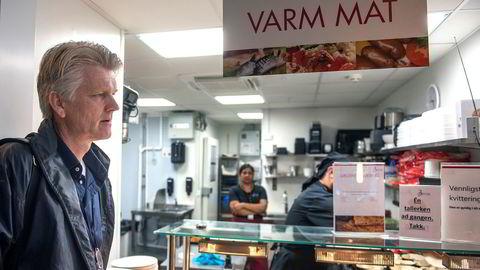 Hovedtillitsvalgt Jo Sirum (til venstre) ved Oslo lufthavn sier stengingen av kantinen ble kjent på to ukers varsel og har skapt store reaksjoner. Nå må de ansatte kjøpe «dyr fast food» i terminalen, ifølge ham.