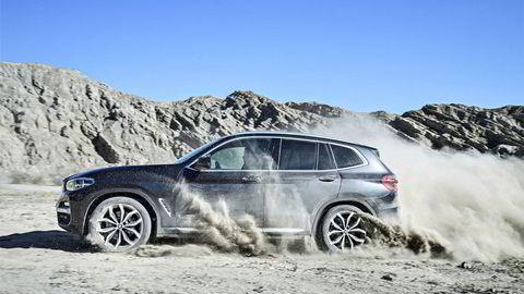 BMW X3 er neppe bilen du drar på ekspedisjon med, men at den kan sprute sand er åpenbart.