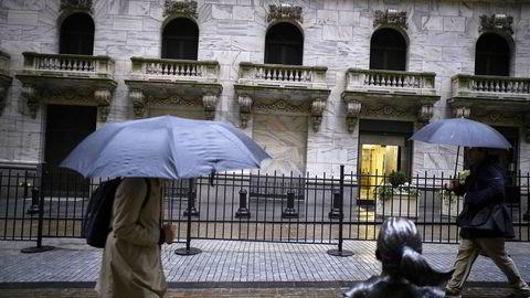 Det amerikanske aksjemarkedet setter stadig nye rekorder, men pengeforvalterne på Wall Street ser mørke skyer i horisonten.