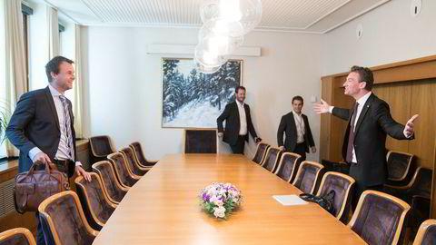 Slik så det ut i starten av forhandlingene som nå er i havn: Kjell Ingolf Ropstad (Krf, t.v)) sammen med Henrik Asheim (H), bak står Helge André Njåstad (Frp) og Magnus Birkelund rådgiver (Frp).