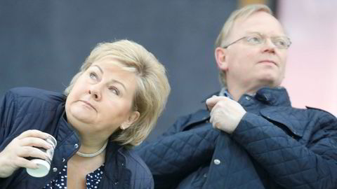 Statsminister Erna Solbergs ektemannen Sindre Finnes er operert for kreft. Her er paret tilstede på verdenscupen i skøyter.