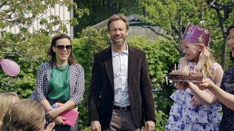 Fra 2017 til 2018 har det Thomas Giertsen-stiftede selskapet gått fra i underkant av seks millioner til 10,6 millioner kroner i resultat før skatt. Her fra serien «Helt perfekt», der Thomas og Ine ble bedt i barnebursdag.