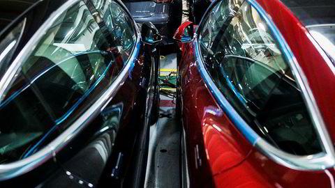 Tesla-biler på vei til forhandlere i Norge.