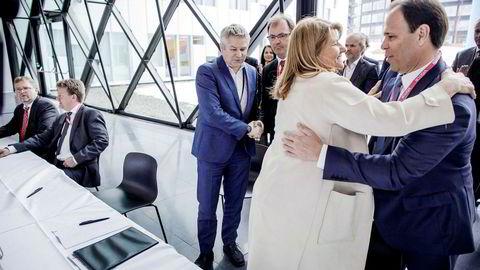 Konserndirektør Margareth Øvrum i Statoil takker Luis Araujo, sjef i Aker Solutions, for vel overstått signering. Fra venstre bak: Nils Arne Hatleskog, konserndirektør i Aibel, Mads Andersen, konsernsjef i Aibel, Pål Eitrheim, konserndirektør i Statoil og Idar Eikrem, finansdirektør i Kværner.