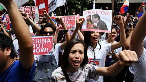 Filippinere har demonstrert denne uken mot Kinas innflytelse i Sør-Kina-havet – og i landets økonomi. President Rodrigo Duterte er i hardt vær for å ha flørtet med Kina i bytte mot investeringer siden han kom til makten.