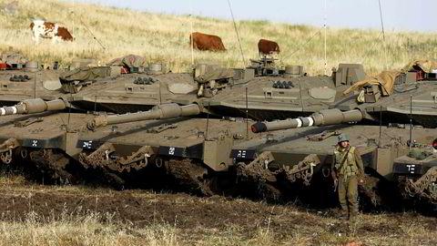 Israels hær står på den annekterte Golanhøyden nær den syriske grensen.