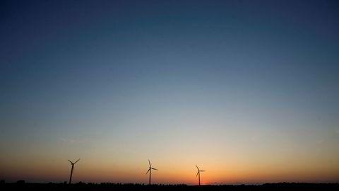 Danmark har planer om å bygge omkring 700 nye vindmøller på land eller 200 nye vindmøller til sjøs for å skaffe strøm til datasentrene.