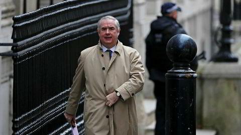 Regjeringsadvokat Geoffrey Cox er dagens mann i brexitdramaet. Her ankommer han Downing Street i London tirsdag formiddag.