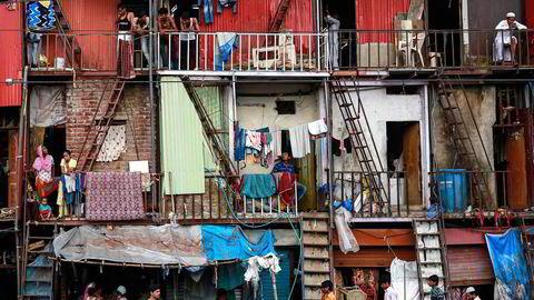 Ifjor døde nesten seks millioner småbarn under fem år. Det er 16.000 barn hver eneste dag. Om landene hvor disse barna bor hadde hatt nok penger til å investere i sykehus, kvalifisert helsepersonell og ordentlig utstyr, kunne barna overlevd, skriver artikkelforfatterne. Her fra slummen i Mumbai. Foto: Danish Siddiqui/Reuters/NTB Scanpix