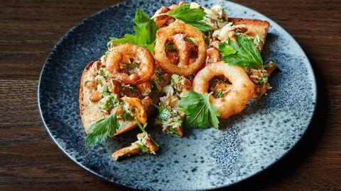 Sensommerens beste lunsj er hervet servert. Kantarell- og krabbetoast med løkringer. Foto: Tommy Andresen