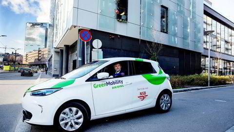 NSB-konsernet skal før nyttår ha 250 elektriske bybiler i fri flyt i Oslo. Her er sjefen Espen Dyb Løvold på tur i en av bilene.