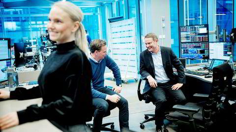 Fra venstre sales trader Hege Kristin Heyerdahl, aksjemegler Christoffer Aaser-Stene og meglersjef Thomas Breivik i DNB Markets. Foto: