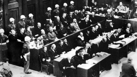 Arven etter Nürnberg er begrenset, og det kan se ut som om storhetstiden for internasjonale straffedomstoler har nådd toppen. Her fra militærdomstolen i Nürnberg. Fra venstre og med lys jakke Hermann Göring, Rudolf Hess, Joachim von Ribbentrop, Wilhelm Keitel, Ernst Kaltenbrunner og Alfred Rosenberg.                    Foto: