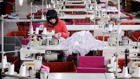 Kinesiske fabrikkeiere gir de ansatte ekstra ferie rundt den kinesiske nyttårsfeiringen og håper dette vil vil føre til økt privat forbruk. Foto: Jianan Yu, Reuters    DNEKSPRESS