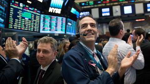 Traderne på gulvet applauderte da sluttsignalet lød på New York-børsen torsdag. Alle de tre sentrale aksjeindeksene endte på nye toppnoteringer. Foto: Drew Angerer/Getty/AFP/NTB SCANPIX.