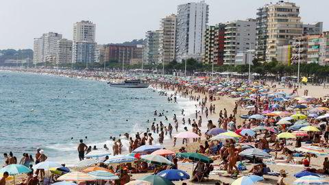 Ferievalutaen blir ikke nødvendigvis veldig mye rimeligere fremover. Bildet er fra Costa Brava nord for Barcelona i august ifjor. Foto: Albert Gea/Reuters/NTB Scanpix
