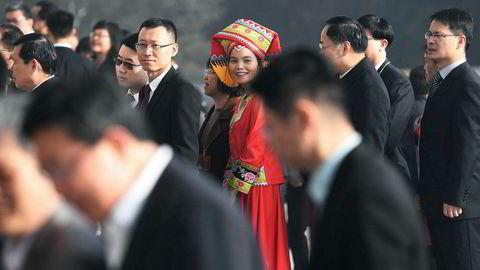 Nesten 3000 delegater fra hele Kina deltar under årets Folkekongress i Beijing. Kommunistledelsen lover en stabil økonomisk vekst på over seks prosent i 2019. Her en etnisk minoritetsgruppe som deltar i åpningsseremonien i årets Folkekongress.