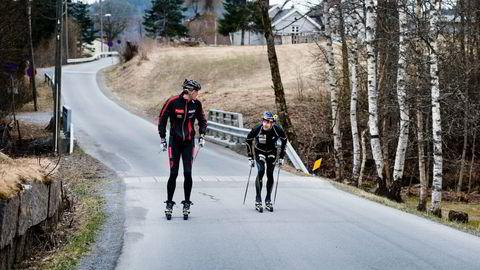 Mil etter mil på rulleski er en viktig del av grunnlaget for suksess på vinteren. Jørgen Aukland (til venstre) og Arne Post er to av Norges mer erfarne løpere og har sine meninger om hvordan gode rulleski bør være. Foto: Skjalg Bøhmer Vold