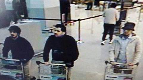 Personen som antas være mannen til høyre i bildet, skal være arrestert, ifølge medier. Foto: overvåkningsbilder/Brussel Lufthavn/