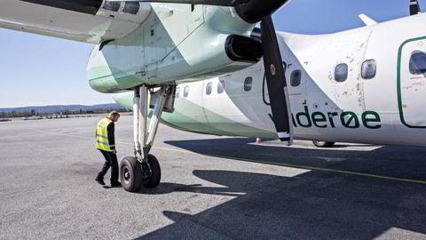 En styrmann sjekker flyet før avgang. Illustrasjonsfoto: Aleksander Nordahl