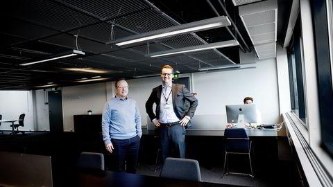 Fra venstre: Fintech Factory-sjefene Hans Christian Bjørne og Ingar S. Berntsen                    er klar til å ta imot gründere som Christian van Veen Aas (t.h) i Telenor Arena. Foto: Mikaela Berg