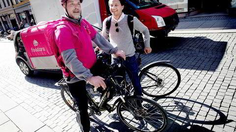 Foodora-syklist Roar Groseth (til venstre) møter norgessjef i Foodora, Carl Tengberg, i Torggata i Oslo. Matleveringstjenesten vokser med 20 prosent i måneden.
