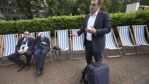 En skuffet Lee Meyrick var tirsdag formiddag på vei til Frankrike. I bakgrunnen Robert Bridger og Gabriela Koynova