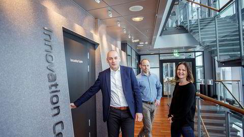 Siv Bayegan (til høyre), forretningsleder for moderne tjenester i Telenor og Bjørn Ivar Moen (til venstre), leder for Mobil i Telenor lanserte tirsdag en ny trygghetstjeneste og en ny datastruktur for Telenors privatkunder. Her i selskap med Gunnar Ugland, leder for Telenors sikkerhetssenter (TSOC).