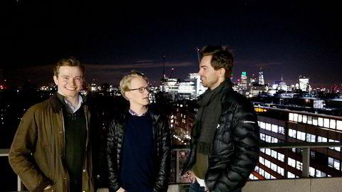 Fra venstre, Sindre Knutsson (26), Morten Korsvein (24) og Anders Jørgen Hartmann Bjørndalen (25) studerer ved London School of Economics. Her står de på takterassen til et av skolebyggene, midt i London. Foto: Kathinka Hartwig