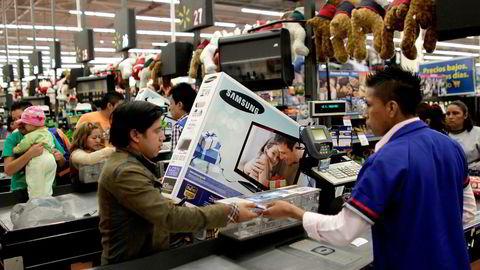 Luksusprodusenter over hele verden, deriblant Prada og LVMH, oppgir Kinas antikorrupsjonstiltak som årsak til at de selger mindre. Her fra Wal-Mart butikk i  Mexico City. Foto: Henry Romero/Reuters/NTB Scanpix