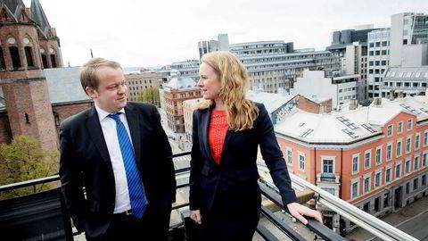 Frps Erlend Wiborg vil ha likebehandling av organiserte og uorganiserte bedrifter når det gjelder arbeidstid. Her sammen med arbeidsminister Anniken Hauglie – som nøler.