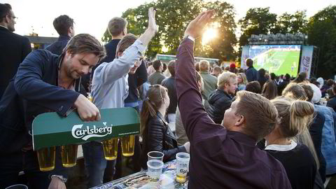 Tusener samlet seg foran storskjermen på Kontraskjæret i finværet for å drikke øl og se åpningskampen i fotball EM mellom Frankrike og Romania.                   Foto: Heiko Junge /