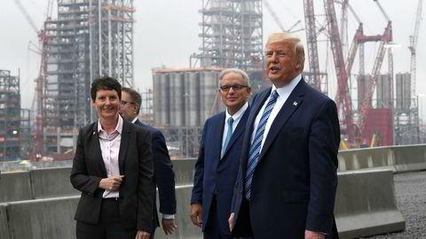 President Donald Trump (t.h.) og EPA-sjef Andrew Wheeler (i midten) under et besøk på et petrokjemisk anlegg som drives av oljegiganten Shell i delstaten Pennsylvania. Shell er ett av flere oljeselskap som har argumentert mot Trump-regjeringen og tatt til orde for at USA fortsatt bør regulere metanutslipp. Årsaken skal være hensynet til oljenæringens omdømme