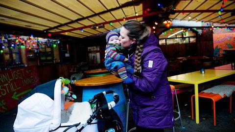 Ida Erikstad (30) har vært ansatt i midlertidige stillinger i snart fem år og ønsker seg fast jobb. For tiden er hun hjemme med sønnen Iver (tre måneder). Foto: Mikaela Berg