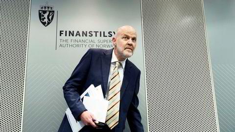 Direktør i Finanstilsynet Morten Baltzersen ringer med varselklokkene.