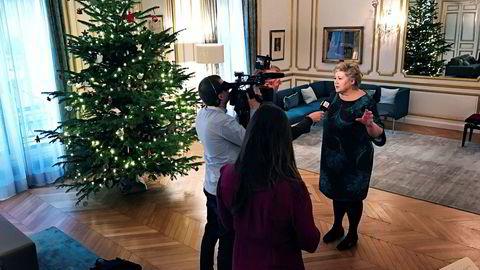 Statsminister Erna Solberg møtte journalister i Norges ambassade før hun dro på klimamøtet til president Emmanuel Macron for å markere toårsdagen for Parisavtalen og lansere et nytt klimainitiativ der Oljefondet er med.