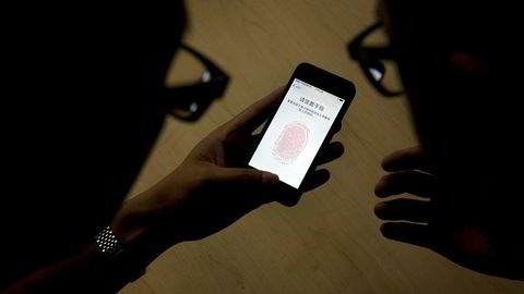 Apple-brukere har i det siste blitt lurt til å betale store summer i en svindel som utnytter fingerskanneren TouchID på Iphone og Ipad.